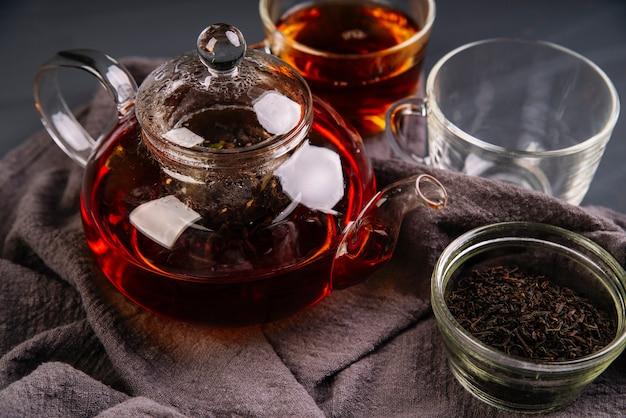 Tè organico della frutta della foresta sull'alta vista del panno
