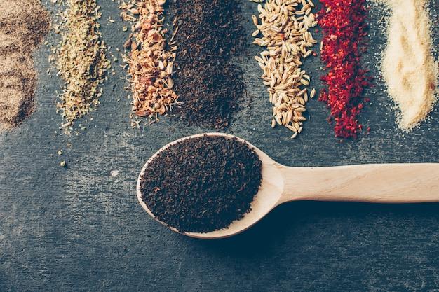 Tè piatto disteso in cucchiai con erbe secche