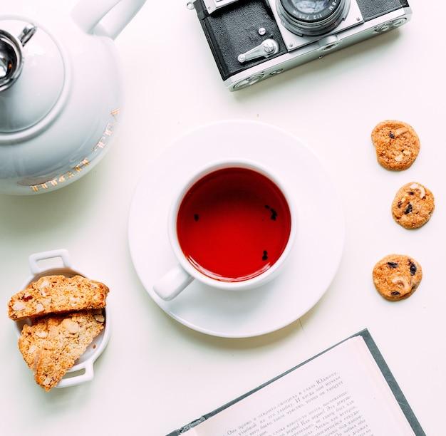 Tè rosso con alcuni biscotti laterali