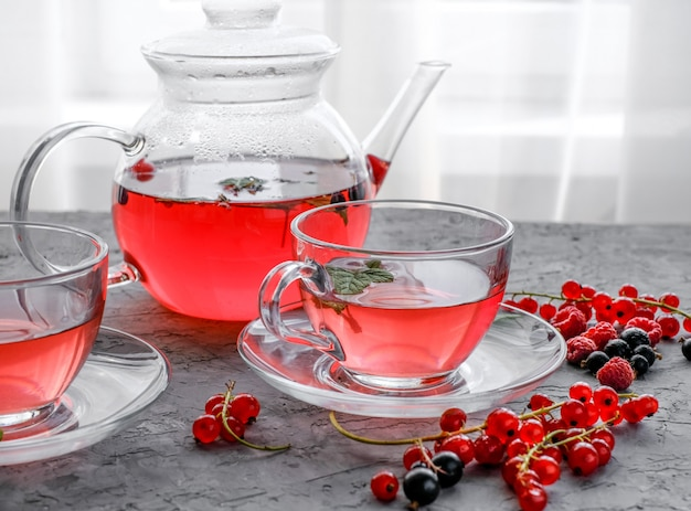 Tè rosso delle bacche in tazza e teiera