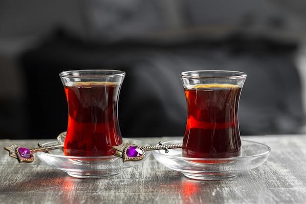 Tè rosso in bicchieri turchi su un tavolo di legno