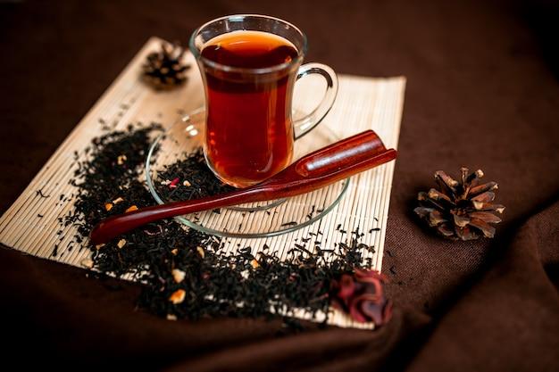 Tè rosso nella tazza del bicchiere