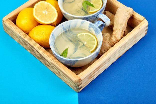 Tè sano due tazze con limone, zenzero, menta