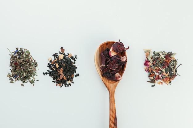 Tè secco colmo di cucchiaino da tè