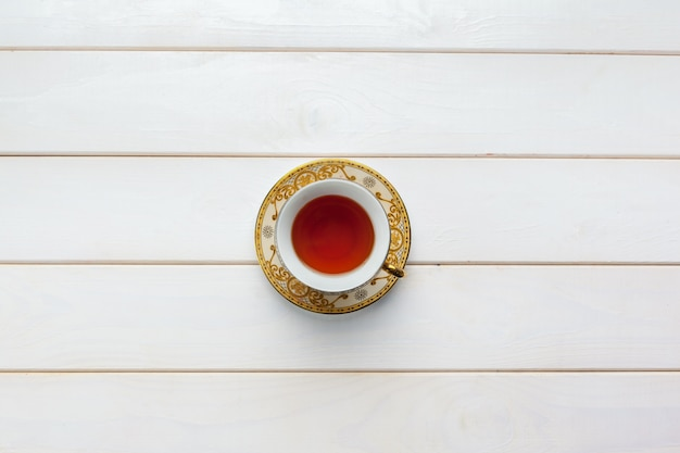 Tè sul tavolo di legno