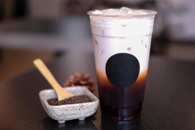 Tè tailandese del ghiaccio nella tazza di plastica.