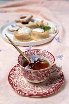 Tè tradizionale con menta e dolci arabi assortiti