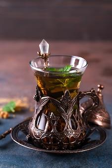Tè turco alla menta in tazze tradizionali