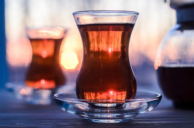 Tè turco con autentica tazza di vetro
