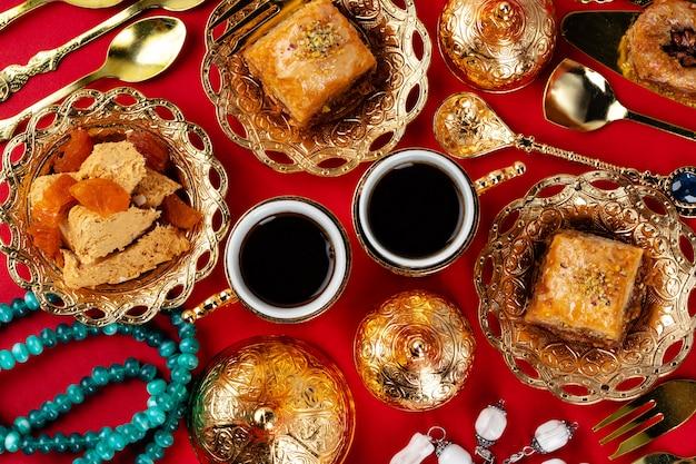 Tè turco con dessert orientali sul tavolo