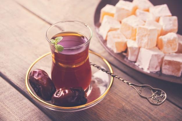 Tè turco in tazza di vetro tradizionale sul tavolo di legno