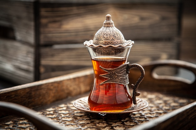 Tè turco in un bicchiere