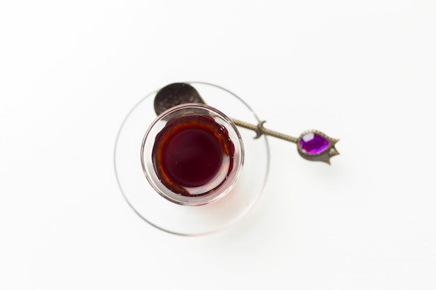 Tè turco in vetro tradizionale isolato su sfondo bianco