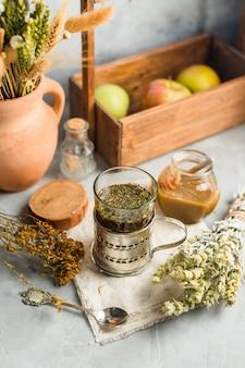 Tè utile da erbe medicinali essiccate, medicina alternativa
