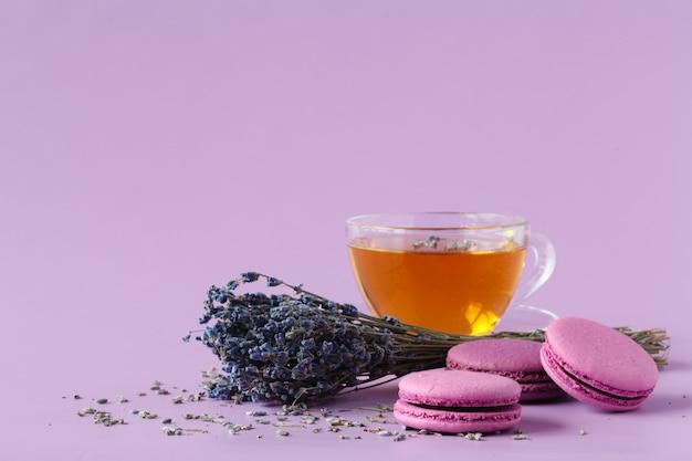 Tè verde alla lavanda su sfondo rosa