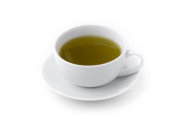 Tè verde caldo in tazza su fondo bianco isolato