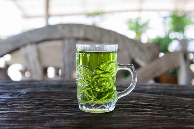Tè verde caldo nella caffetteria