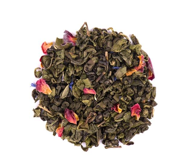 Tè verde con fiori secchi su spazio bianco. avvicinamento. vista dall'alto.