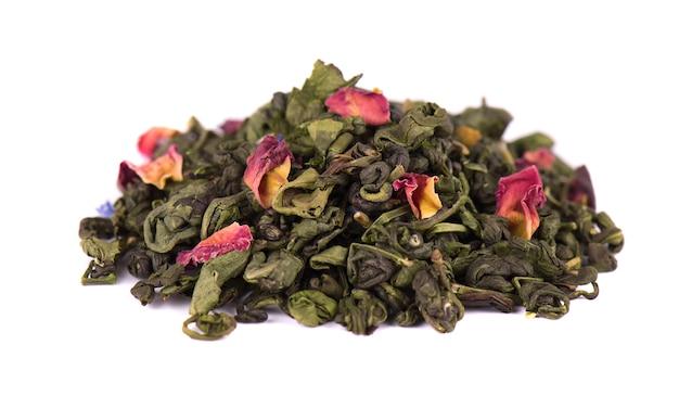 Tè verde con fiori secchi su spazio bianco. avvicinamento.