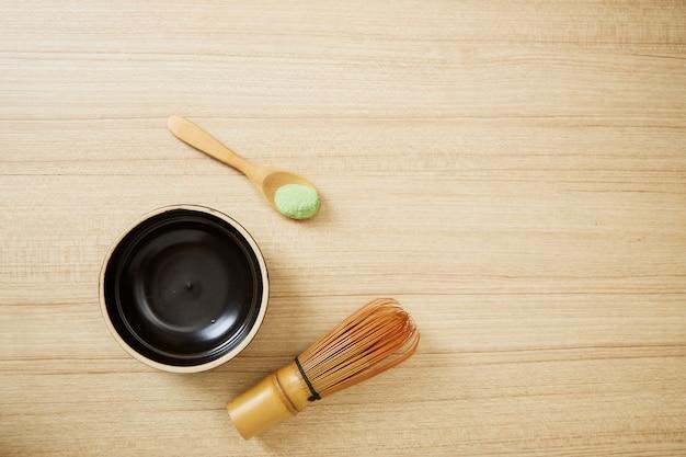 Tè verde di matcha su fondo di legno