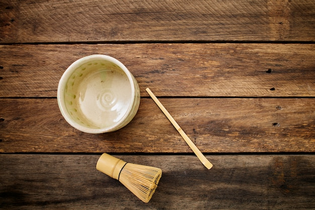 Tè verde giapponese di macha sulla plancia di legno