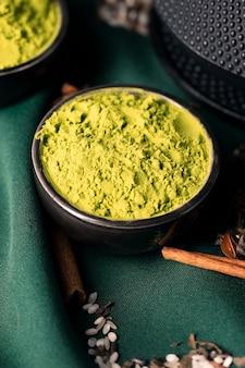 Tè verde in polvere asiatico del primo piano