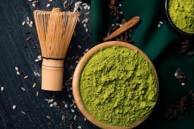 Tè verde in polvere del primo piano