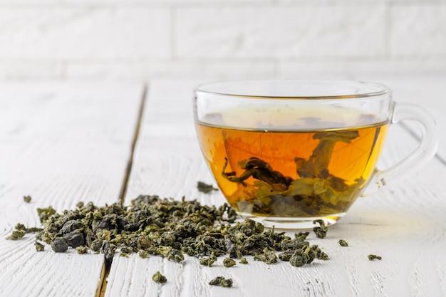 Tè verde in una tazza bianca.
