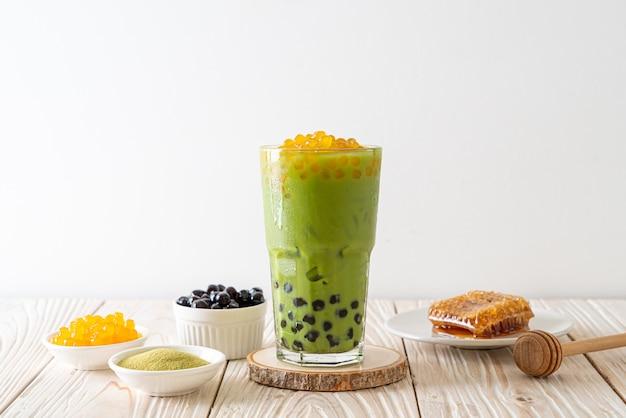 Tè verde latte con bolle e bolle di miele