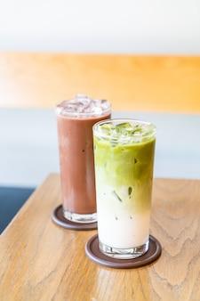 Tè verde matcha ghiacciato con latte e cioccolato freddo