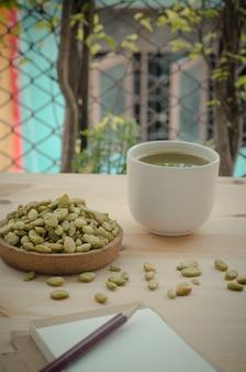 Tè verde organico di matcha e semi commestibili dello spuntino del fagiolo del giacinto, tono d'annata