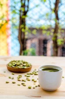 Tè verde organico di matcha e semi commestibili dello spuntino del fagiolo del giacinto