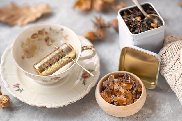 Tea party d'autunno. primo piano di una tazza di cristalli di zucchero. il tavolo è pronto e il tè. autunno