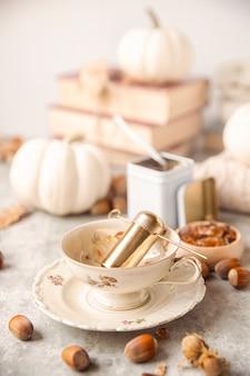 Tea party d'autunno. primo piano di una tazza di cristalli di zucchero. il tavolo è pronto e il tè.