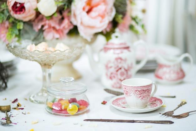 Tea party. tè in una tazza rosa.