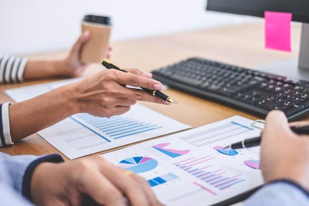 Team aziendale che lavora con i nuovi dati di progetto, discussione e analisi di avvio