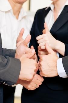 Team aziende pollice in alto