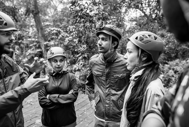 Team building all'aperto nella foresta