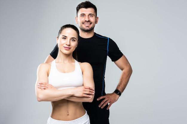 Team di allenatori di fitness uomo e donna isolato su sfondo bianco
