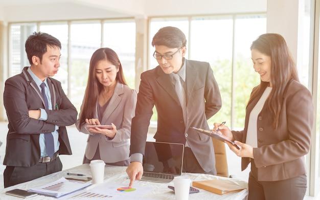 Team di aziende e manager in una riunione