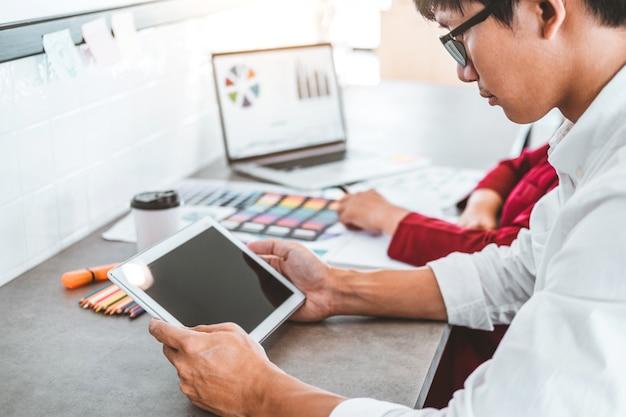 Team di business creativo utilizzando la pianificazione di tablet e pensando a nuove idee per progetti di successo