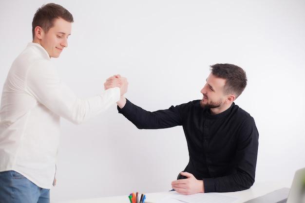 Team di dipendenti che lavorano insieme su un progetto comune