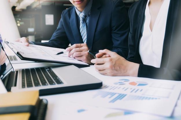 Team di formazione incontro di analisi aziendale.