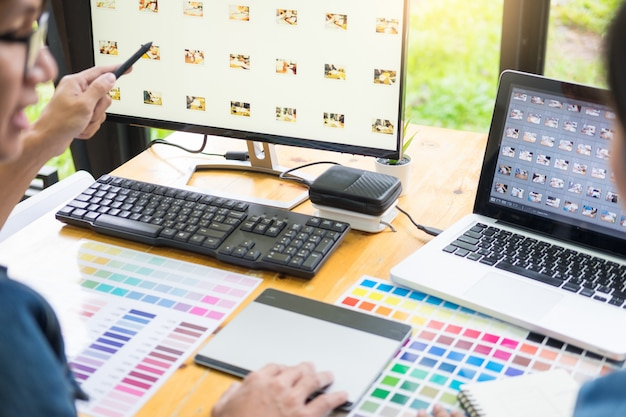 Team di grafici che lavorano sul web design