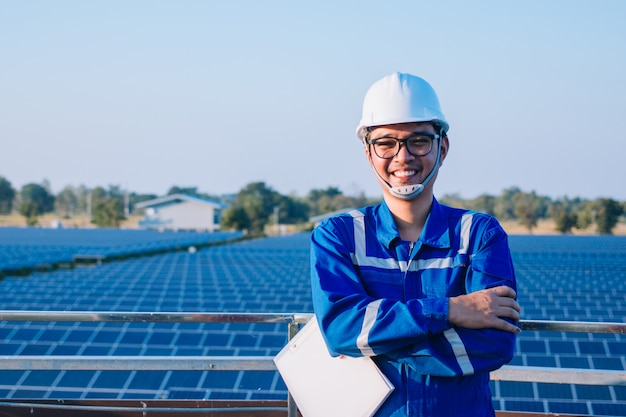 Team di ingegneri che lavorano al controllo e alla manutenzione nella centrale solare