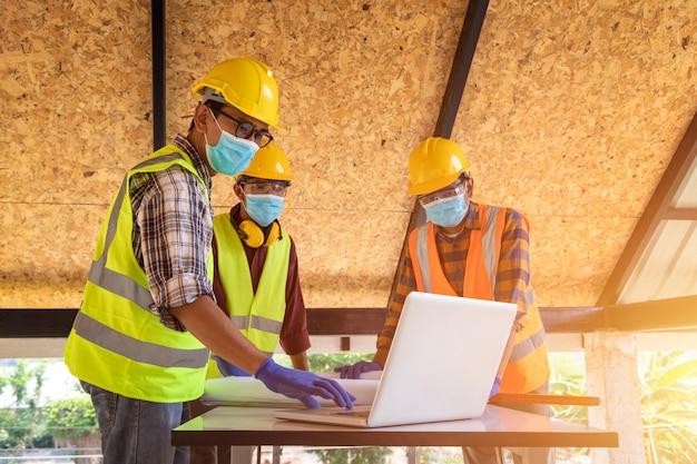 Team di ingegneri e architetti che lavorano