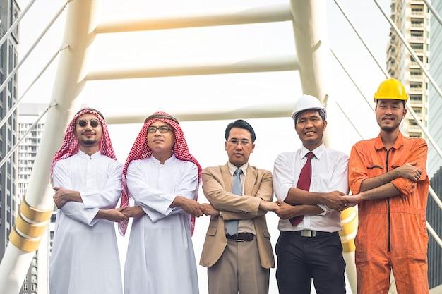 Team di ingegneri professionisti che lavorano