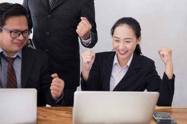 Team di lavoro alza le mani con felicità per un progetto di successo. uomo d'affari allegro