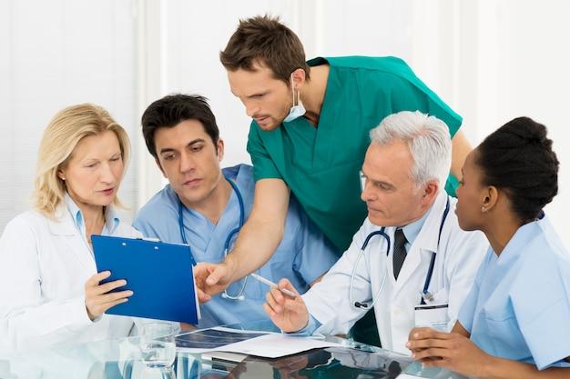 Team di medici che esaminano i rapporti