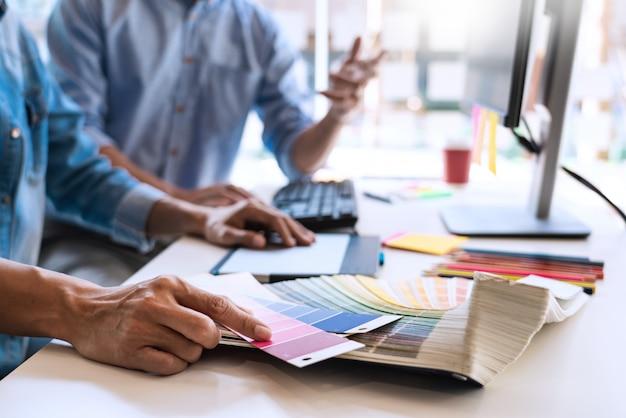 Team di progettazione grafica che lavora in ufficio